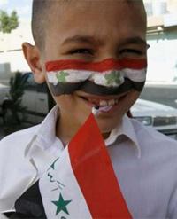 Một fan nhí ở Tikrit với hình lá cờ trên gương mặt. Ảnh: Reuters.