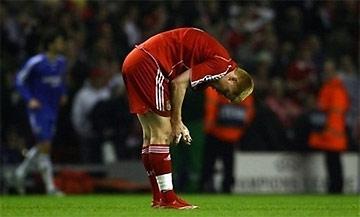 Riise thất vọng sau pha cản phá sai kỹ thuật: đánh đầu như một tiền đạo đối phương vào lưới thủ môn Reina.