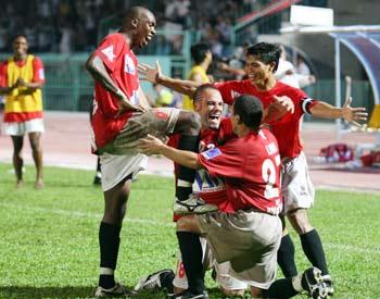 Các cầu thủ Đồng Tâm vui mừng với chiến thắng trước Khánh Hòa để leo lên ngôi nhì bảng. Ảnh: An Nhơn.