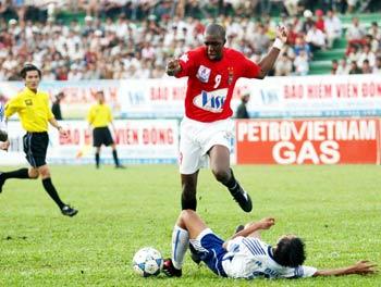 Dù cố gắng nhưng các hậu vệ Khánh Hòa không thể chặn đứng sức tấn công của chủ nhà (áo đỏ). Ảnh: An Nhơn.