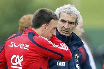 Vẻ mặt ưu tư của HLV Domenech và tiền vệ Ribery.