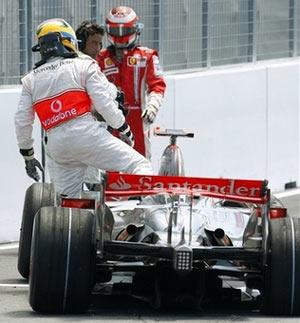 Hamilton rời khỏi chiếc xe
