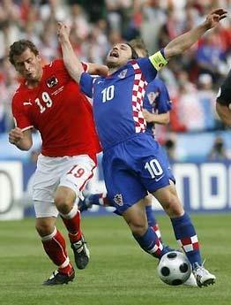 Khả năng tranh chấp cùng những pha di chuyển liên tục theo phong cách Anh của các bóng áo đỏ đã khiến đội khách mệt nhoài.