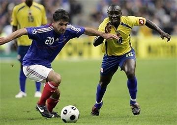 Toulalan (bên trái) sẽ làm khán giả tạm quên Vieira?