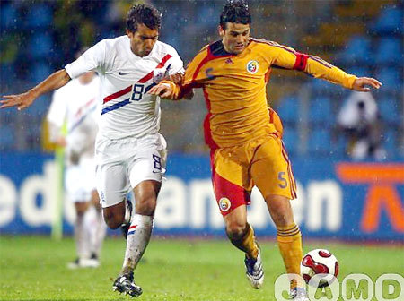 Từng đánh bại Hà Lan (áo trắng) ở vòng loại, nên Chivu (áo vàng) không ngán đối thủ này ở lượt cuối. Ảnh: JAMD.