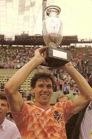 Van Basten và chiếc Cup vô địch châu Âu 1988.