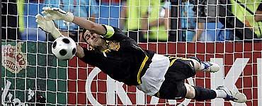 Pha tung nguời của Casillas đỡ quả sút 11m của De Rossi.
