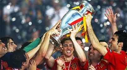 Tây Ban Nha đón Cup. Ảnh: Reuters.