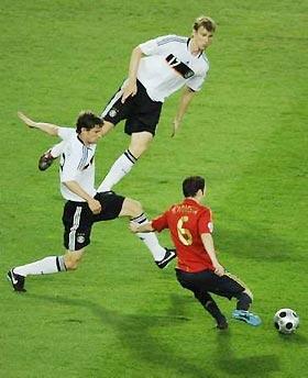 Friedrich và Mertesacker, hai trung vệ cao lớn của Đức, luôn cho thấy sự lúng túng trước kỹ thuật cá nhân của tiền vệ Iniesta và đồng đội.