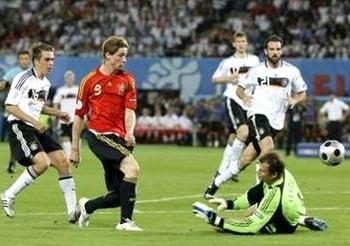Fernando Torres ghi bàn quan trọng, chấm dứt mọi chỉ trích nhằm vào anh về khả năng ghi bàn tại giải.