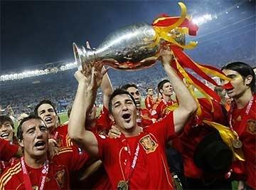 """""""Số 7"""" của Tây Ban Nha nâng cao chiếc Cup cùng đồng đội."""