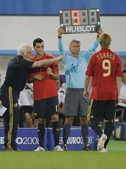 HLV Aragones đưa Guiza vào sân thay Torres, trong trận chung kết Euro với Đức (1-0).