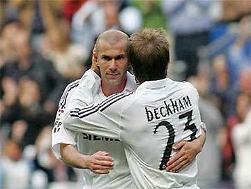 Zidane và Beckham khi còn chung sức thi đấu cho Real Madrid.