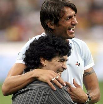 Maradona (dưới) và Maldini trong một lần tái ngộ vui vẻ.