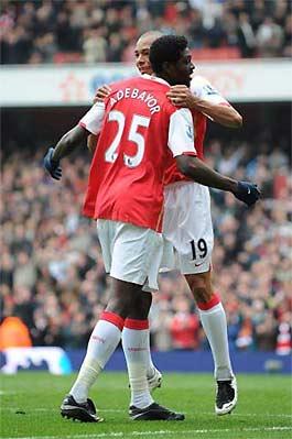 Gilberto Silva và Adebayor, một cầu thủ đang nhấp nhổm muốn rời Arsenal.