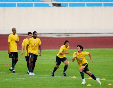 Thần đồng Pato (đội Milan) chạy khởi động. Ảnh: Hoàng Hà.