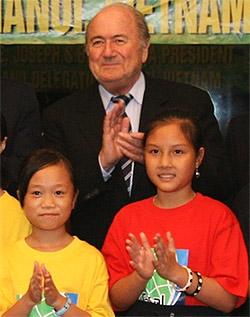 Chủ tịch FIFA tại sân bay Nội Bài. Ảnh: B.D.