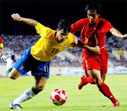 Diego là cầu thủ chơi tích cực nhất bên phía Brazil ở hiệp một. Ảnh: Hoàng Hà.