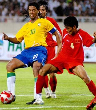 Ronaldinho thi đấu như tập ở trận này. Ảnh: Hoàng Hà.
