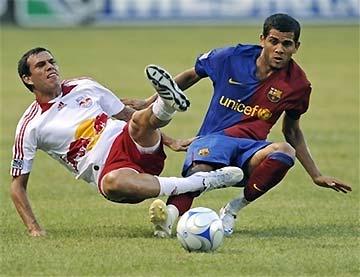 Hậu vệ Daniel Alves (bên phải) thi đấu khá năng nổ, như phong cách từng thể hiện tại Sevilla.