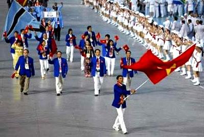 VĐV chạy Nguyễn Đình Cương dẫn đầu đoàn Việt Nam.