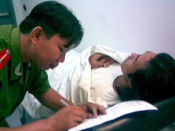 Công an lấy lời khai Hùng tại bệnh viện. Ảnh: CTV.