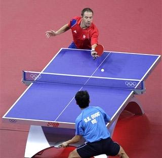 Christophe Legout (đỏ) bất ngờ chịu thua Đoàn Kiến Quốc. Ảnh: AP.