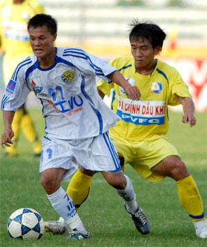 Thành Lương (trái) trong màu áo HN. ACB ở V-League 2008. Ảnh: Hoàng Hà.