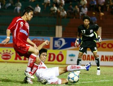 Thanh sang (9, đỏ) trong màu áo của Bình Định tại V-League se tham du giai dau nay voi tu cach chu nha