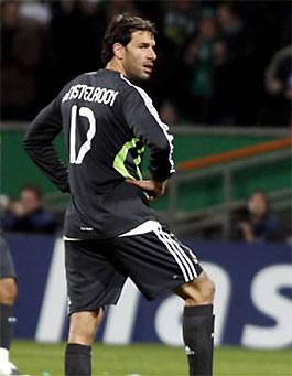 Từng có nhiều năm tỏa sáng trong màu áo của MU, đối thủ cùng thành phố với Man xanh, Nistelrooy tích lũy được nhiều kinh nghiệm thi đấu tại giải Ngoại hạng Anh.