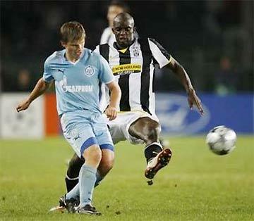 Arshavin bị Sissoko (Juventus) truy cản, ở trận mở màn vòng bảng Champions League.