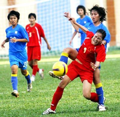 Tiền đạo Ngọc Châm (đỏ) có một trận đấu gây nhiều khó khăn cho hàng thủ Thái Lan. Ảnh: An Nhơn.