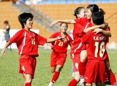 Kim Hồng và các cầu thủ nhà ăn mừng chiến thắng trước Thái Lan. Ảnh: An Nhơn.