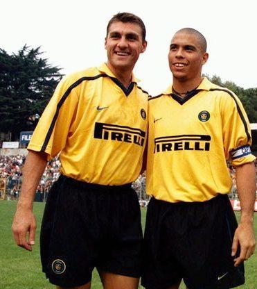 Milan từng thất bại nặng nề khi chiêu mộ 2 tên tuổi lớn từng khoác áo Inter là Vieri và Ronaldo. Ảnh: AK.