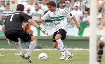 Keirrison (áo trắng) có phong cách giống Luis Fabiano của Sevilla.