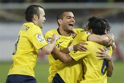 Các cầu thủ chia vui với Xavi, tác giả của cú đúp giúp Barca thắng Malaga 4-1.