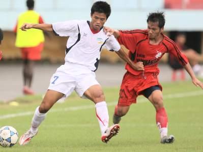 Khánh Lâm qua mặt cầu thủ Ninh Bình.