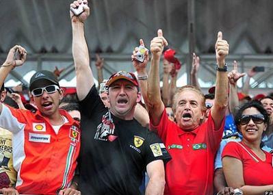 Các fan Brazil cổ vũ cuồng nhiệt cho Massa. Ảnh: AP.