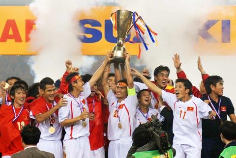 Việt Nam đón Cup. Ảnh: Hoàng Hà.
