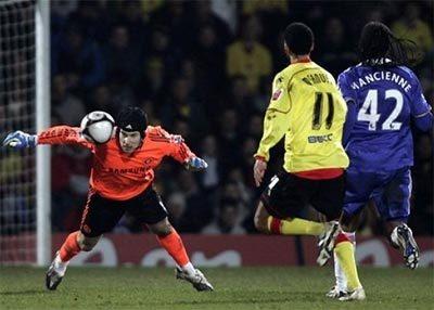Watford (áo vàng) chỉ có thể khiến Chelsea giật mình với bàn mở tỷ số, chứ chưa đủ trình để gây bất ngờ trước ông lớn đến từ London. Ảnh: AP.