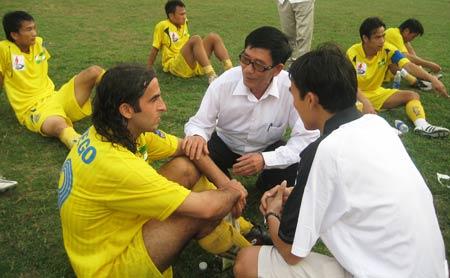 Giám đốc điều hành Hồ Văn Chiêm phải chạy ra xốc lại tinh thần cầu thủ nhưng vẫn không xoay chuyển được cục diện