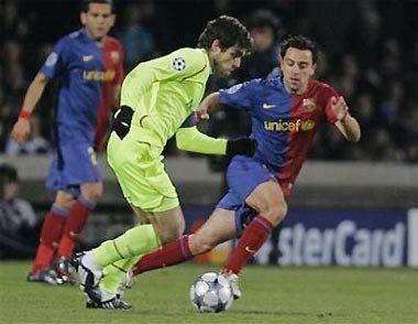 """Juninho (áo vàng) vẫn làm đối thủ phải nể sợ vì thứ """"vũ khí"""" đặc biệt."""