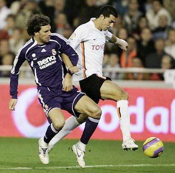 Real (áo đen) đang giữ kỷ lục về số tiền nợ, trong khi Valencia chịu tác động trực tiếp của khủng hoảng tài chính.
