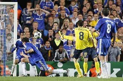 Iniesta ghi bàn trước một loạt hậu vệ Chelsea.