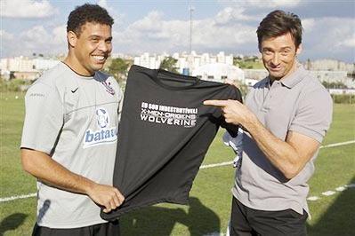 Ronaldo và Jackman tại sân tập của CLB Corinthians, thành phố Sao Paulo.