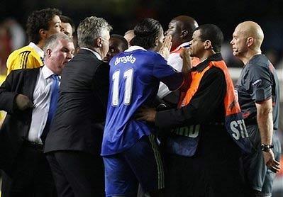 Drogba phản ứng vói trọng tài Tom Ovrebo.