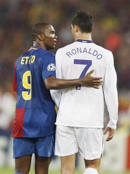 Eto'o chia sẻ với Ronaldo sau trận chung kết.