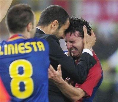 Guardiola chia vui với Messi.