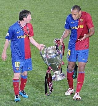 Henry (trái) có danh hiệu Champions League đầu tiên còn với Messi, siêu sao 21 tuổi, đây đã là chiếc thứ hai trong sự nghiệp.