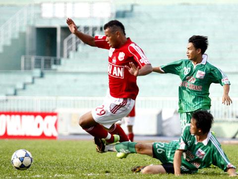 Đội bóng của Văn Sỹ Hùng (đỏ) giành trọn 3 điểm trước Tiền Giang đúng phút cuối. Ảnh: An Nhơn.